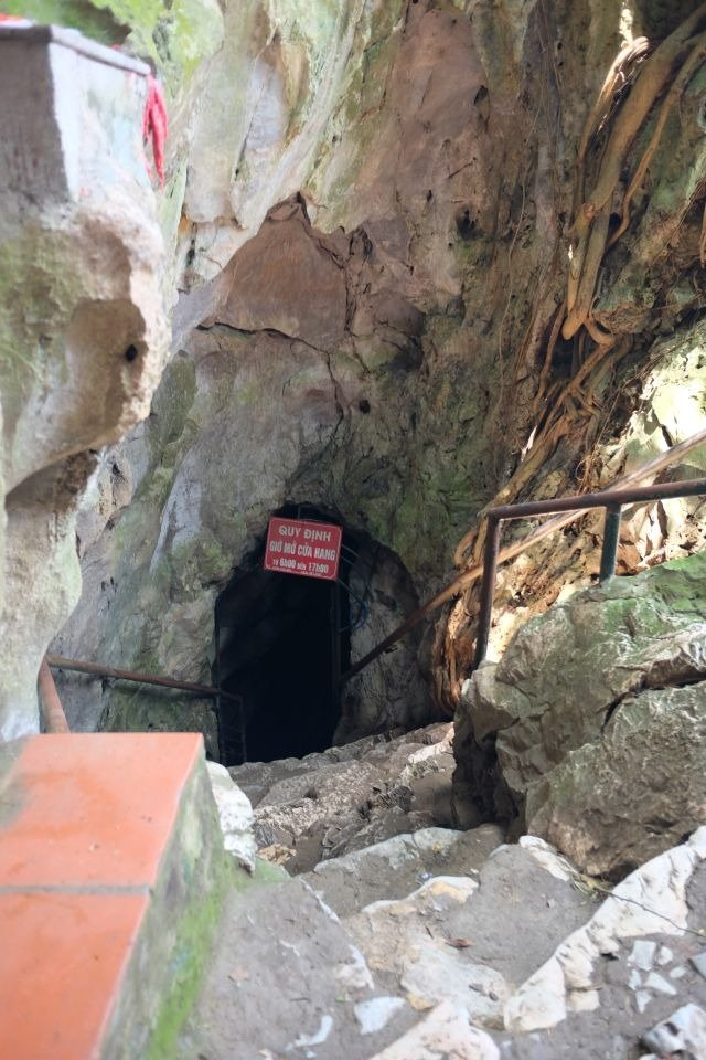 entrance to cac co cave chua thay