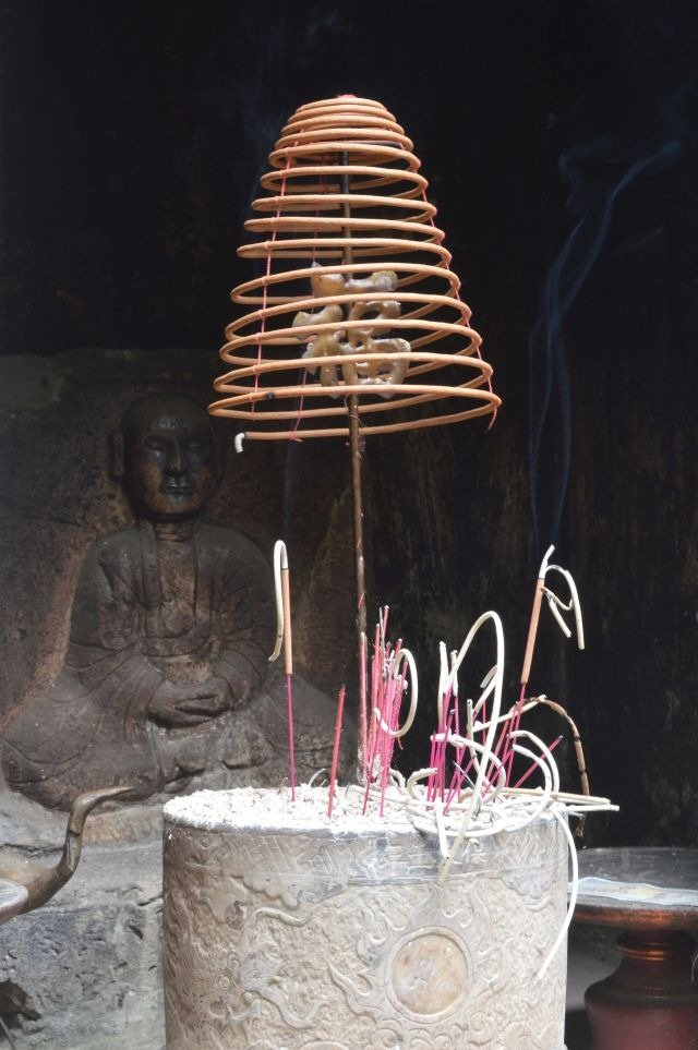 chua thay incense burning and a buddha